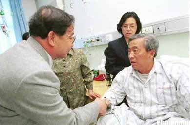 烈士的父亲看望英雄飞行员王伟父母