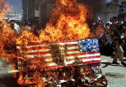 美国部分示威者焚烧美国国旗