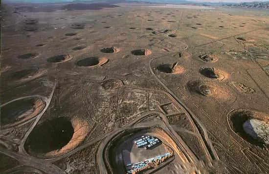 资料图:美国内华达核试验场内的地下核试验坑。