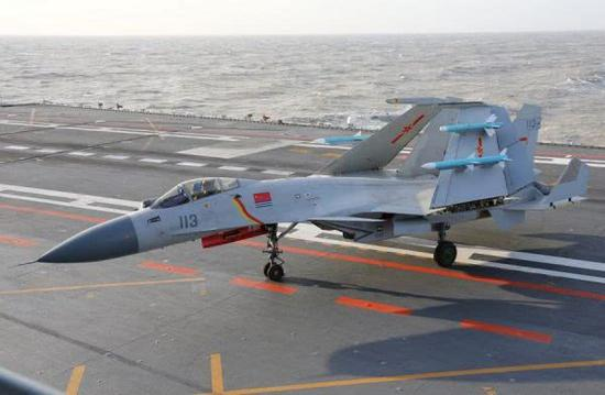 图为歼-15舰载战斗机