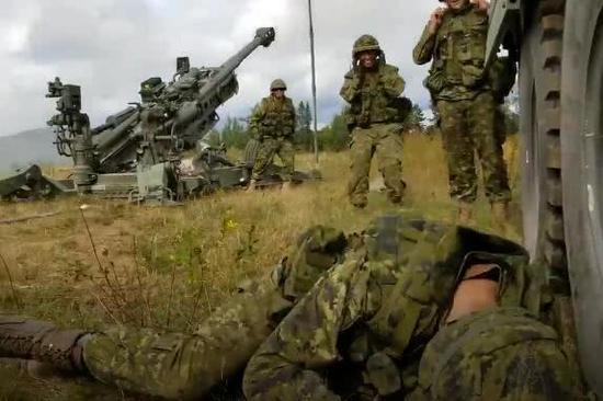 加拿大士兵训练时偷/偷睡觉 战友开炮将其叫醒