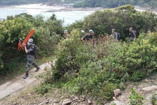 香港网民拍到的解放军扛着电锯等工具 图片来自脸书