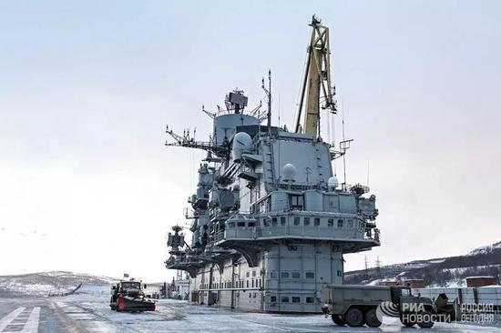俄媒:俄大修航母浮船坞完全沉没 四人重伤无人