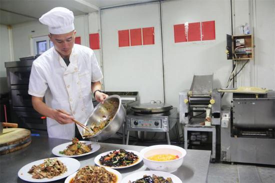 """中国维和部队在非洲演绎""""炊事班的故事""""(图"""