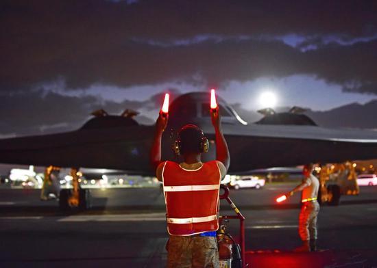 美媒解读B2轰炸机首次部署夏威夷:回应中国东风26