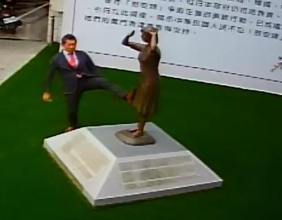 """藤井实彦脚踹台南慰安妇铜像。(台湾""""东森新闻云"""")"""