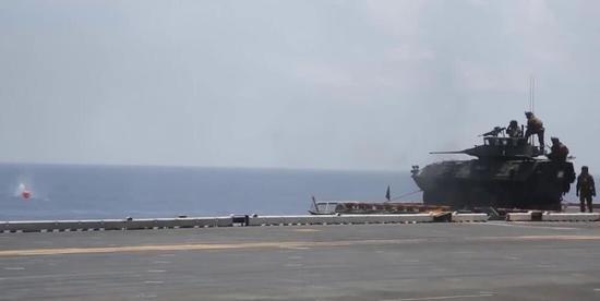 美军两栖舰访香港被中方拒绝后 战车在甲板上练打靶