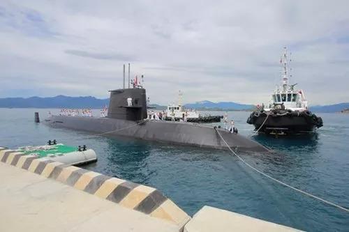 """▲9月17日,""""黑潮""""号潜艇停泊在越南金兰湾。(越南《人民军队报》)"""