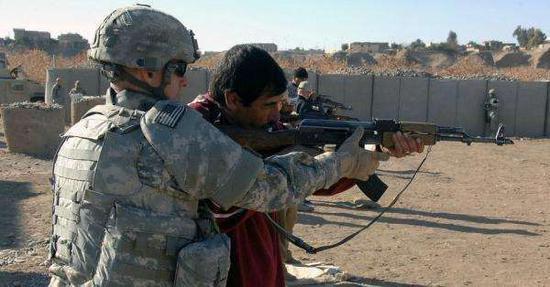 图为在叙利亚训练当地武装人员的美军