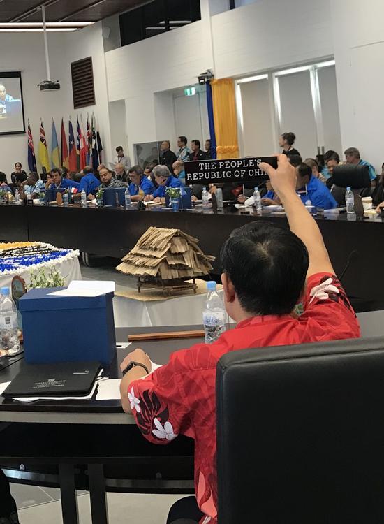 杜起文在发言中,一直将中国代表团桌牌高高举起。