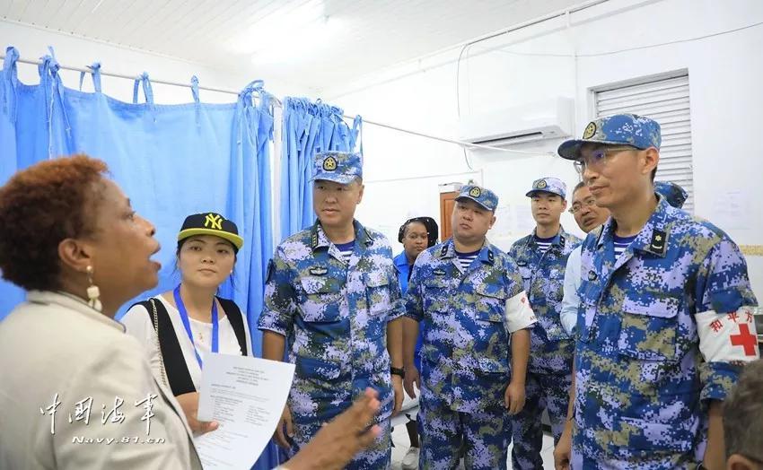 ▲医疗分队来到卡利亚库岛皇家医院开设医疗点。
