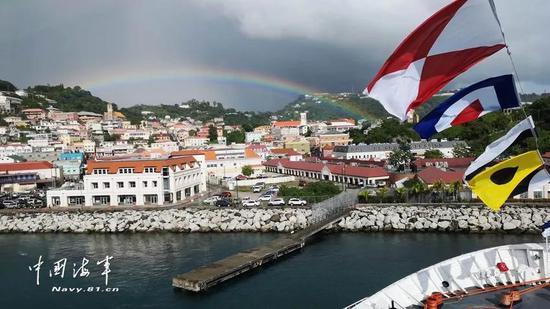 ▲一道彩虹将格首都圣乔治与和平方舟相连,构成了一幅美景。