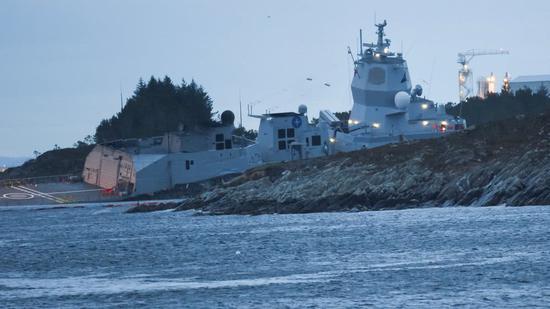 挪威神盾舰与油轮相撞 军舰严重进水呈半沉状态(图)