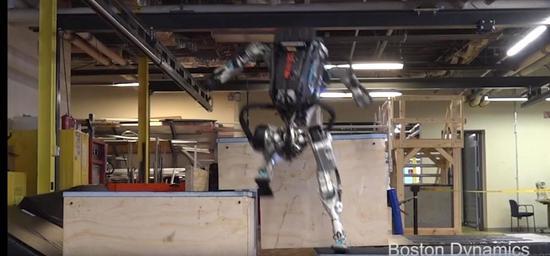 美国新型机器人展示新技能 灵活跑酷如履平地(图)