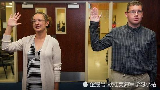 美军兵员严重不足 竟连新兵老父母也一同被招募当兵