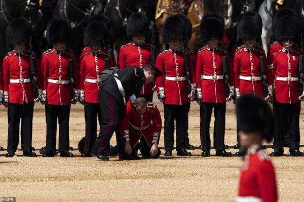 """为女王庆生彩排的英军精锐 晕倒在25度""""高温""""中……"""