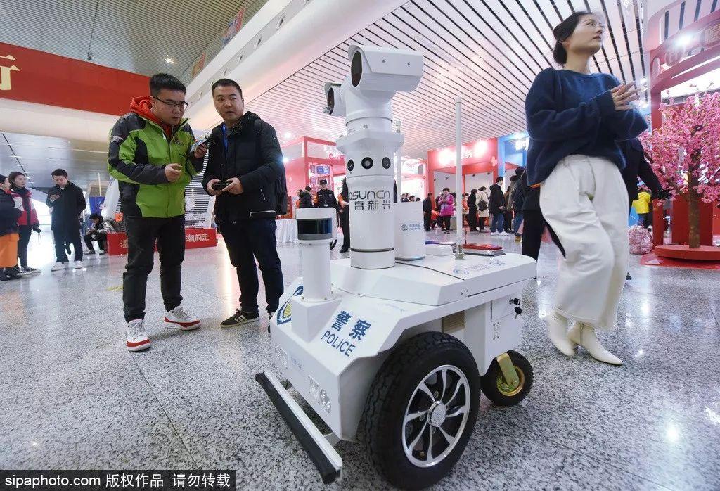 """看到这些""""黑科技"""" 海外网友:中国今年的春运"""