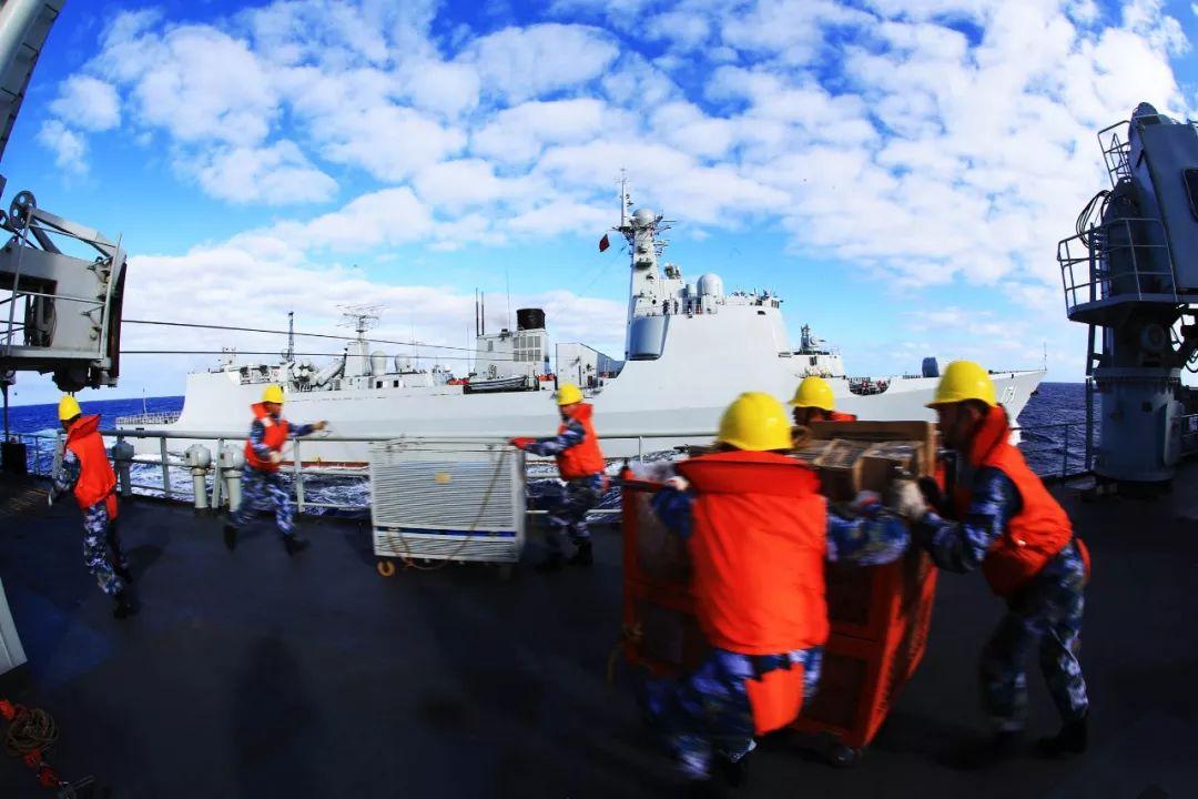 千岛湖舰补给物资快速转运 代宗锋摄