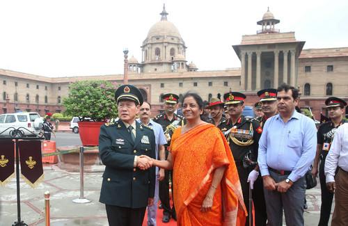 中国国防部长魏凤和与印度防长西塔拉曼在会谈前握手。(路透社)
