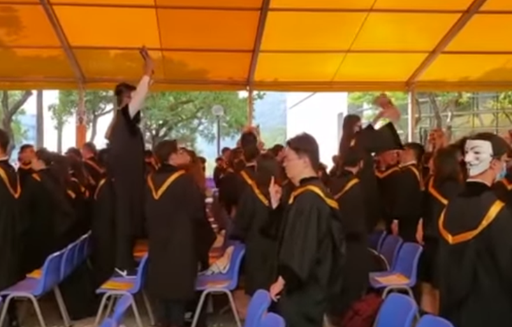 蒙面学生举美国旗闹场港中大毕业典礼 港媒:丑陋
