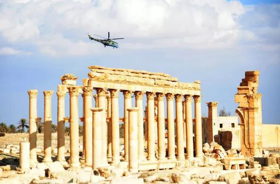 资料图片:一架俄罗斯直升机在叙利亚中部古城巴尔米拉上空回旋扭转。(新华社发)