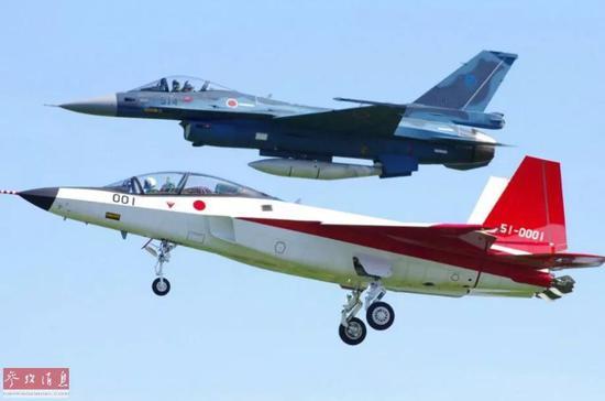 """▲F-2战机伴飞""""心神""""验证机"""
