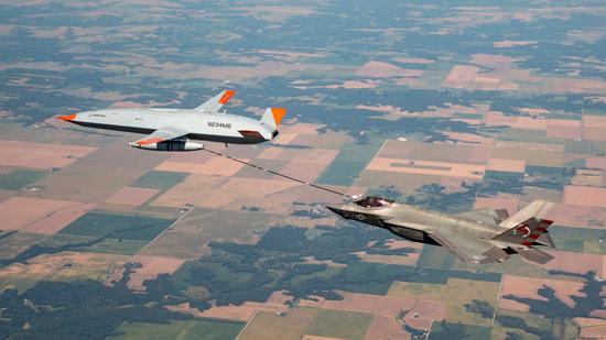 美舰载无人加油机迈出重要一步 成功为F35C空中加油
