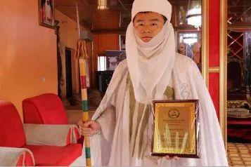 ▲手持非洲酋长权杖和证书的华人孔涛
