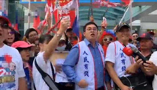 """陈清茂(图正中)率领""""韩粉""""直奔公民党中央党部。图自现场录像"""