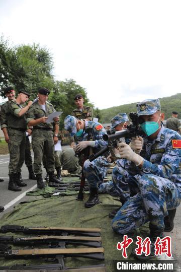 """""""国际军事比赛-2021海上登陆项目""""中国队接收武器装备"""