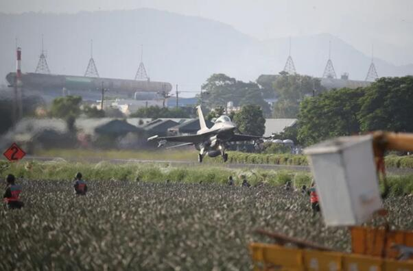 汉光演习模拟机场炸瘫痪 蔡英文观摩战机起降战备道