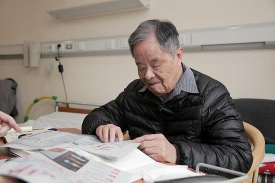 杨�┰菏慷两衲暝�旦改版后的《解放日报》。