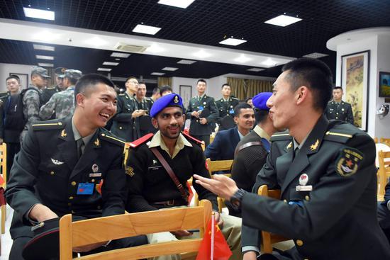 中外学员代表在相互交流了解。黄吉 摄