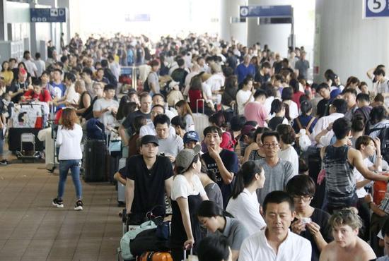 """日本大阪关西机场曾因台风发生旅客滞留事件(图片来源:日本""""共同社"""")"""