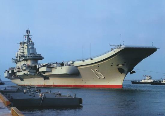 中国海军辽宁舰,图中可见倾角为14度的滑跃甲板。