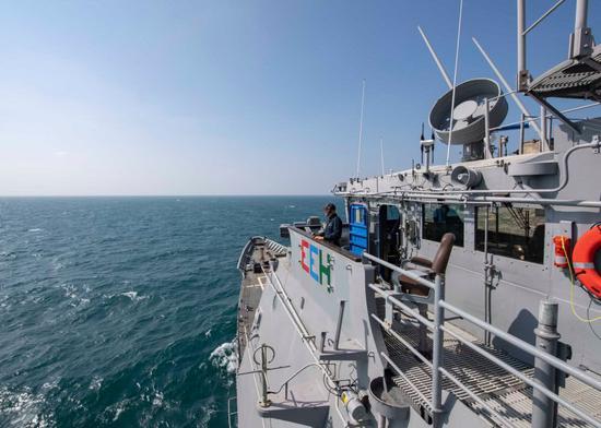 """图为美国海军太平洋舰队发布的""""钱瑟勒斯维尔""""号穿越台湾海峡现场图。"""