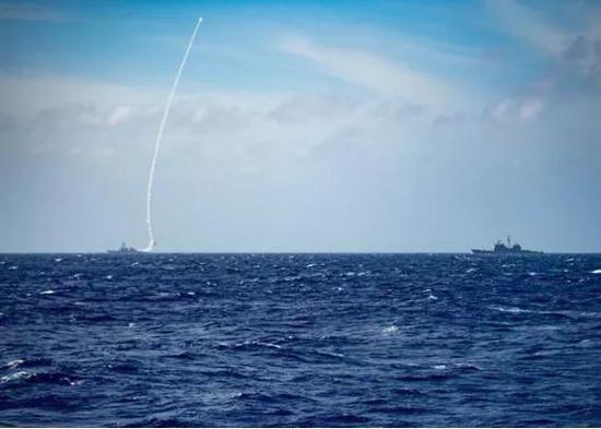 """▲美军伯克级导弹驱逐舰""""巴里""""号近日在菲律宾海试射导弹。图/台媒"""