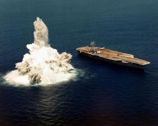 """美军航母进行""""冲击试验"""""""