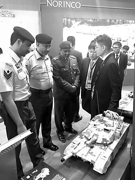 外军代表听取中国坦克性能介绍