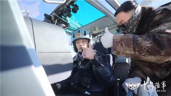 ▲飞行员与机务人员确认直升机状态良好