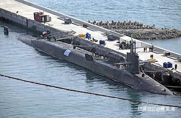 """当时的新闻照片,美国""""密歇根""""号在釜山浮出水面,并打开发射筒进行展示"""