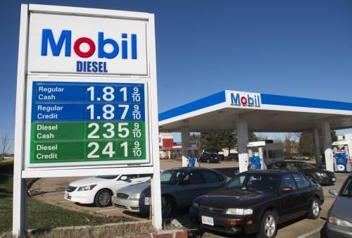 图为美国弗吉尼亚州伍德布里奇的一个加油站。新华社